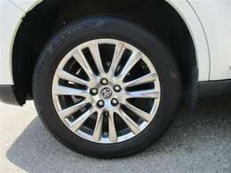 タイヤサイズ225/60R18のスタイリッシュな純正アルミホイールです。