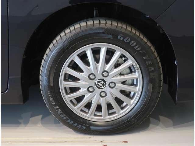 純正のアルミホイール装着車です。タイヤサイズは195/65R15です。