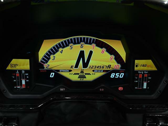 SVのタコメーター表示は2千回転から。 レーシングカーを彷彿とさせます。
