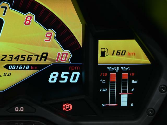 走行距離は1618km。 抜群のコンディションを備えた希少なお車です。