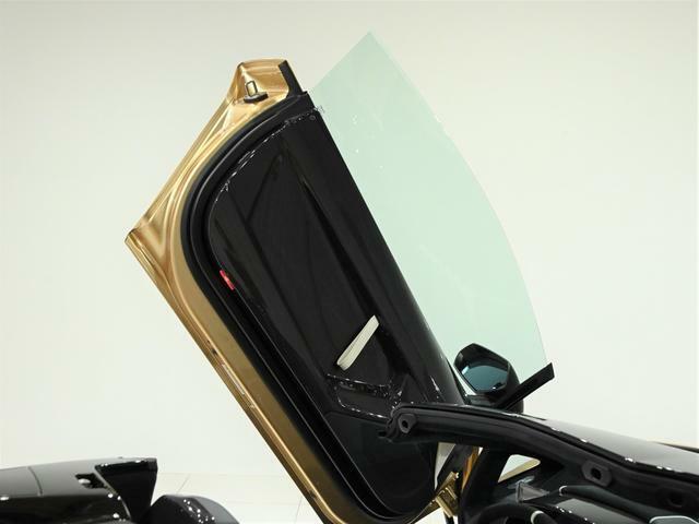 Aventador SVのドア内張り素材はグロスカーボンとなっております。 ドアの開け閉めの際にその軽さをご体感頂けます。