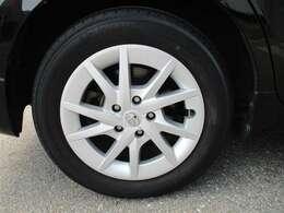タイヤサイズ205/60R16の純正アルミホイール&ホイールキャップ付きです。