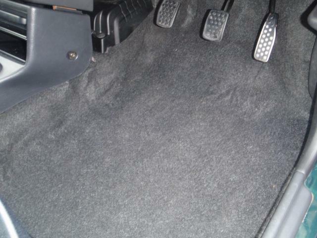 利用頻度の高い運転席のフロアカーペットを見れば今までの使用状況もある程度は想像できるかも・・・納車の時にはフロアマットはもちろん装着いたします。LOVE LOOKオーダーマットも御座います!