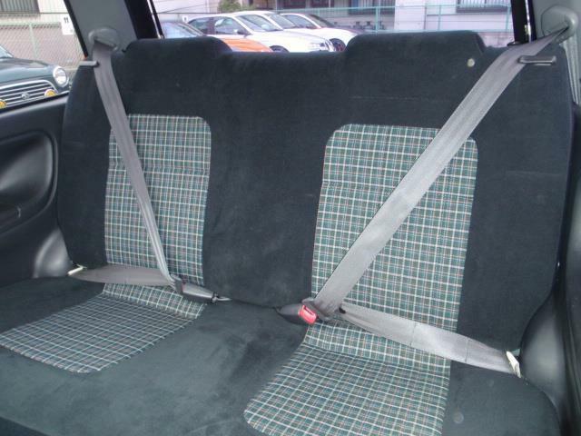 後部シートはチャイルドシート固定機構付リヤ3点式ELRシートベルトの採用のほか、ワンタッチでチャイルド&ベビーシートが脱着できるISO FIX規格にも対応しています