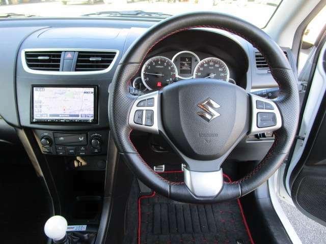 インパネ廻り 本革巻ステアリング仕様で、禁煙ワンオーナー車で、車内も綺麗な車両です。