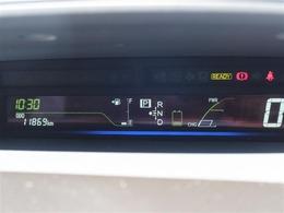 スピードはデジタル表示で走行中でも確認しやすくなっています!ほかにハイブリッドの充電状況なども確認できます!