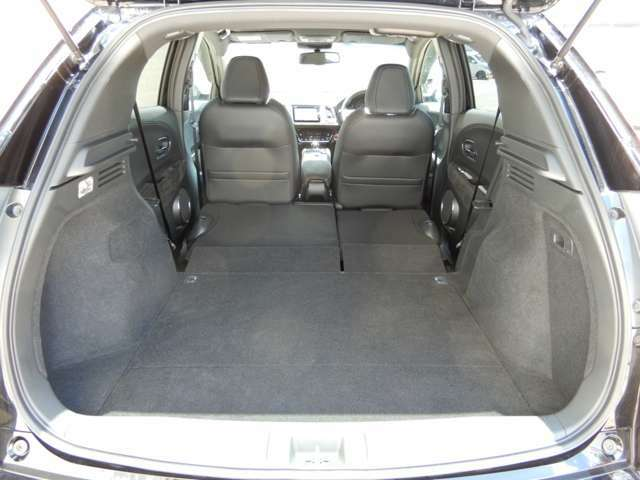 後席シートを倒すと荷室空間が更に広がります。