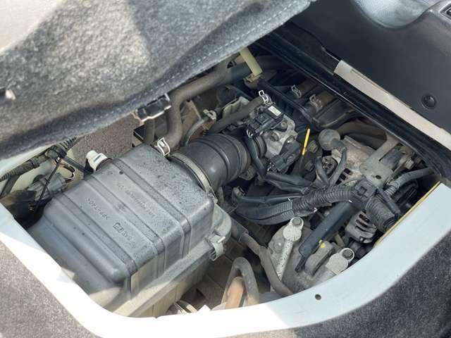 運転席下側のエンジンルームです。