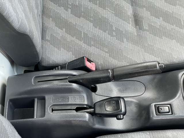 2WD4WDは停車時にレバー操作で切り替えるタイプになります。
