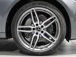 【AMGのアルミホイールでスポーティーに】19インチ AMG5ツインスポークアルミホイールを装着。ブレーキキャリパーにはMercedes-Benzのロゴ入り!