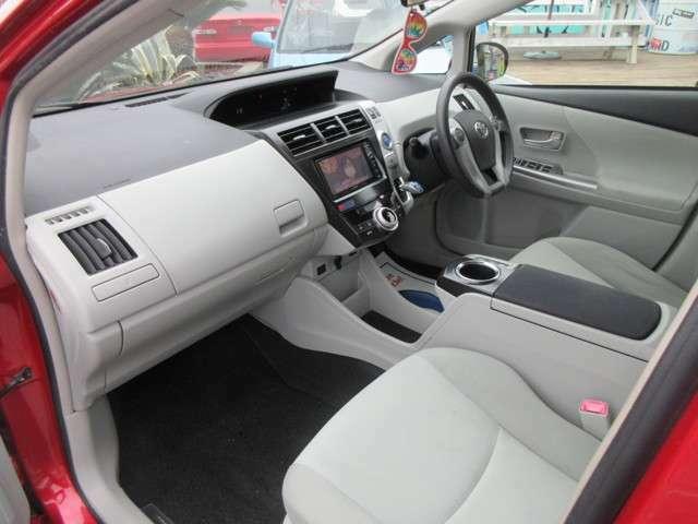 助手席側もご覧のコンディションです!粗悪な汚れや破損個所も見受けられません。フロアマットは安心の純正品になります。足元は広く、広々とした車内空間です。