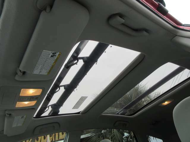 開放感溢れる車内になります!天井は電動でスライドが可能です。ルームバイザーももちろん北米トヨタ純正品になります!英語表記が車内のアクセントになりますね☆