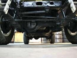 レストア車ではないので下廻りも錆などはあります。ひどい腐食などは無いので自然な錆び方です。
