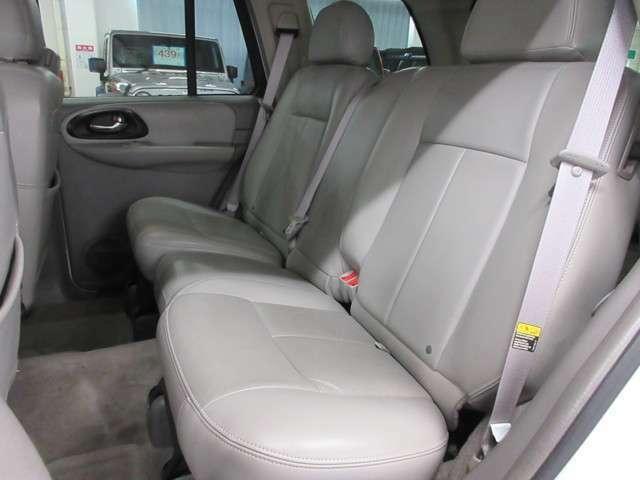 後席シートの状態も良くリアにもエアコンコントロールパネルも御座います♪