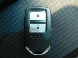 スマートキーの画像です。エンジン始動や停止もボタンを押すだけで、簡単です。