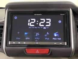 ダッシュボードに自然に溶け込むようにデザインされたインテリアパネルに社外ディスプレイオーディオ(カロッツェリア SPH-DA09)を装備。