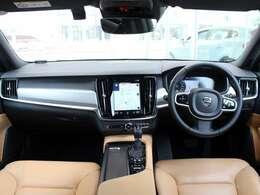 シンプルながら高い質感をほこるインテリはアンバーカラーでスカンジナビアンデザインを実感できます。大柄のボディーを感じさせない運転のしやすさが特長です。