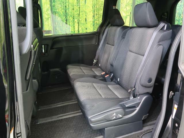 リア席は分割式シートなので、リクライニングも楽々♪ シートアレンジも多彩にできます。シートを倒せば、大きな荷物も積み込み可能です!