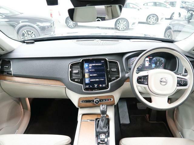 上級グレードXC90T6AWDインスクリプションが入庫!!人気のデニムブルーメタリック、内装にはブロンドレザーを使用し、高級感漂う1台です。