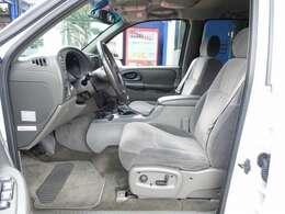 運転席シートは電動にて調整可能なパワーシート装備。切れや擦れなども御座いません。ご納車前に専用シートカバーのお取り付けも可能となります。お気軽にスタッフまでお申し付け下さいませ。
