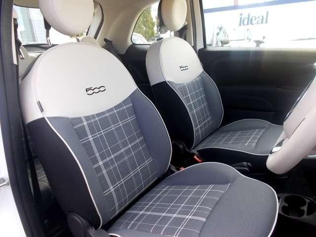 チェック柄のシートは上端にアイボリーの意匠を使用し、洗練されたデザインに仕上がっています。クッション性とサポート性の高さもポイントです。