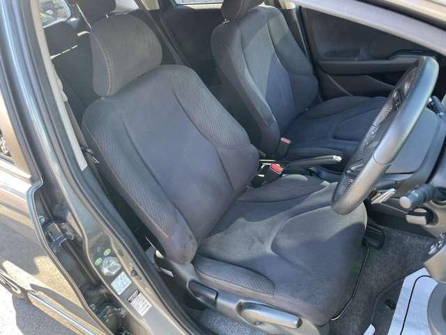 ブラックベースにオレンジステッチで纏められています。運転席は座面の高さも調整できます。