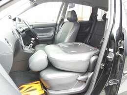 SUV系のヴォルツなのでRV気分を味わうためか助手席がテーブル代わりに変身しますw
