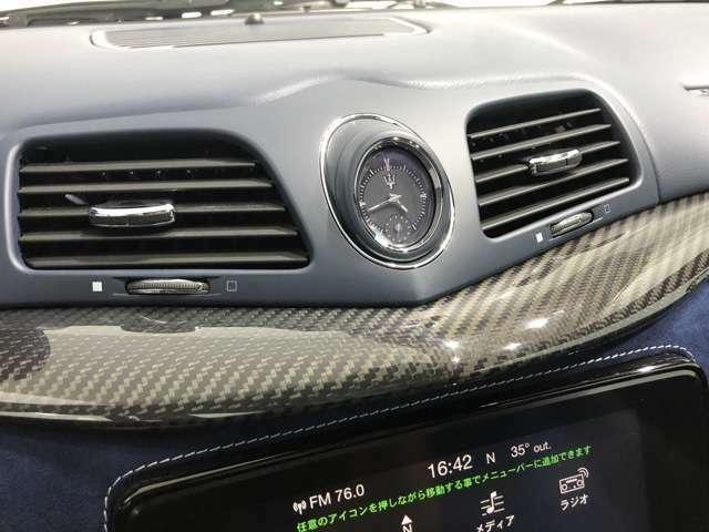ドライバーの満足度も高いカーボンパネル。さすがの美しい仕上がりです。トライデントマークをあしらったアナログクロックもマセラティらしい雰囲気です。