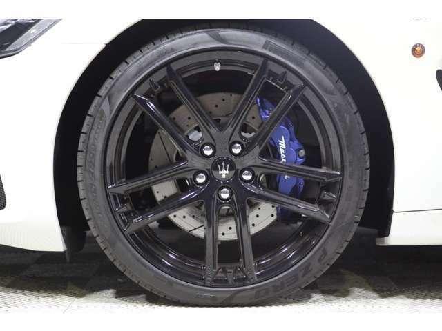 タイヤサイズはフロントが245/35R20、リアが285/35R20。タイヤはもちろんP-ZEROが標準装着。
