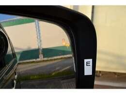 後退時車両検知後方警報システムと後ろ側方車両検知警報システムで、接近車両を検知して注意を喚起。