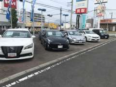 良質なU-CARを多数展示。人気のプリウス、アクア、ヴェルファイアなど…お客様のご来店お待ちしております。