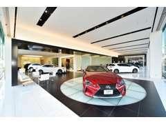 ショールーム内には最大9台を展示しており、厳しいレクサス基準をクリアした品質の高い認定中古車(CPO)を取り揃えております。