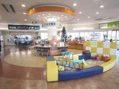 キッズコーナーもある広い店内。