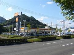 お店は国道11号線沿いにあります。オレンジ色の看板が目印です。