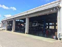 【サービス工場】お車のトラブルなど、ご購入後のご心配事もお気軽のご相談下さい。車検や整備・修理も承ります。