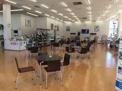 【店内:展示スペース】明るく見通しの良い広々とした空間です。パンフレットなどもございますので、お寛ぎ下さい!