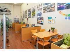 フリースペースお待ちの間は喫茶コーナーでゆっくりおくつろぎください。フリードリンク、雑誌、新聞をご用意しております。