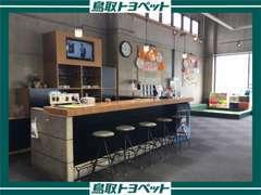 奥に見えますのが当店自慢のカフェスペースです。ごゆっくりおくつろぎ下さいませ♪