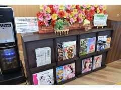 メンテナンス時は、店内で雑誌やカタログを見ながらゆったりとお待ちいただけます♪最新スマホの販売も行っております☆