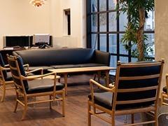 ショールーム内では北欧デザインの名作チェアやソファがお出迎え