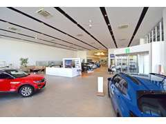 天井も高く、広々としたショールーム。VWグッズも販売中!