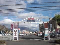 KKB鹿児島放送様側からこちらの入り口を入り右側の2店舗目が鹿児島トヨタです。 お気軽にお立ち寄りください!
