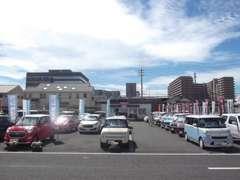 広々とした展示場で、ごゆっくりご覧ください。コンパクト・軽自動車・セダン・ミニバン・1BOX・ハイブリッド多数展示中!!
