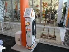 充電スタンドも完備。プラグイン対応車はこちらで。