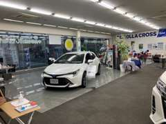 広々とした店内では車が展示してあっても十分くつろげるスペース有り!リラックスして商談頂けます♪