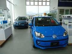 明るいショールームに展示車とグッズも豊富に取り揃えています。