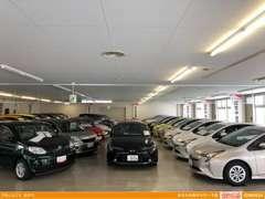 大型の室内展示場には【トヨタ認定中古車】を中心にU-Carがずらり♪ もちろん他店舗在庫もお探しできます!