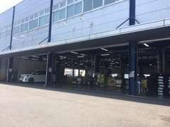 整備工場も完備しております。ご購入後の点検整備、車検などカーライフサポートもお任せください。