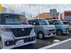 国道側のメイン展示場には、人気のミニバンをはじめトヨタ車を中心に各種取り揃えております!