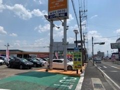 国道10号線沿いにあるオレンジの大きな看板が目印。お出かけのついでにでもお立ち寄りください!